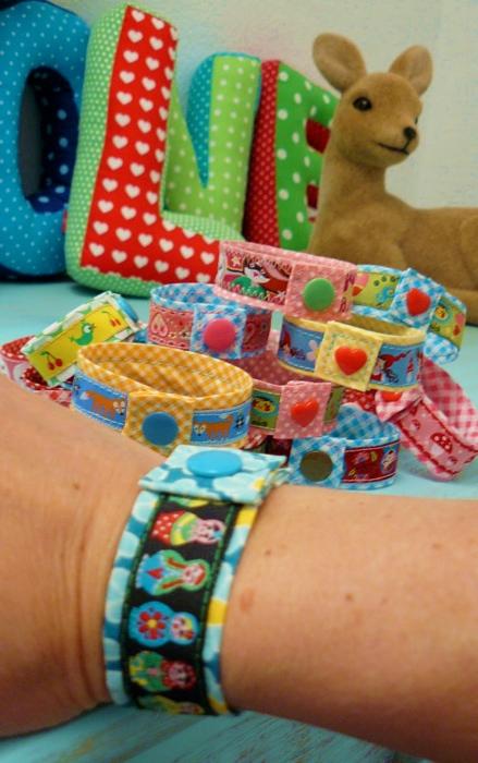Armbänder aus Webband nähen, kleines Geschenk, farbenmix basteln