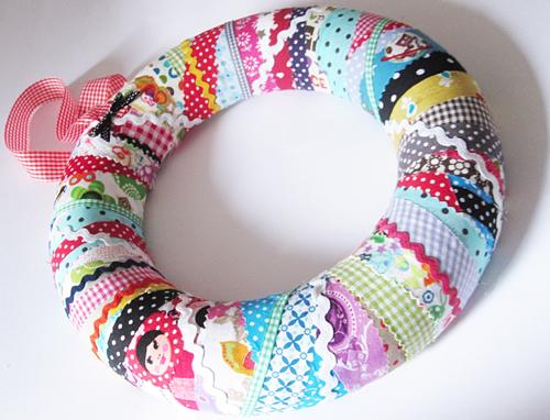 Recycle-style: Styroporkranz mit Stoffresten, farbenmix