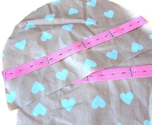 buntes Knopflochgummi in der Innentasche nähen, pink Gummiband