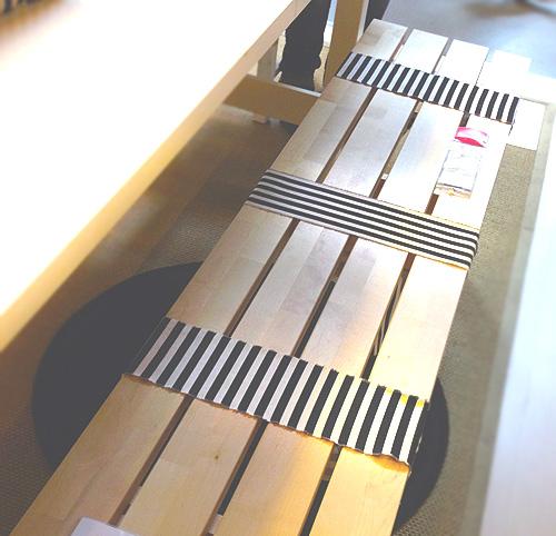 Stoffe oder Webband ergeben eine hübsche Dekoratin für Bank und Stuhl.