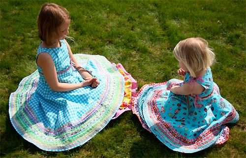 Kleid UNIQUE nähen für Mädchen mit Webband verzieren. Festliche Mode selber gestalten.
