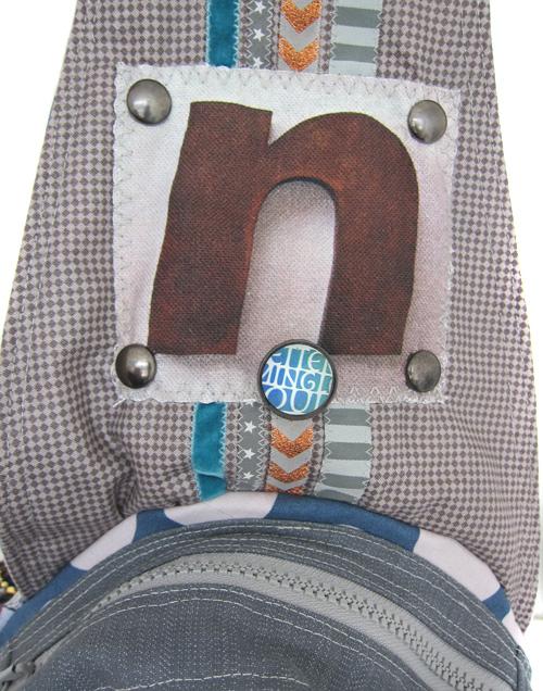 Tasche mit Knöpfen, Nieten und Buttons verzieren