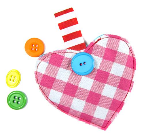 Einfache Formen zu Geschenkanhängern nähen, Kinder-Nähkurs