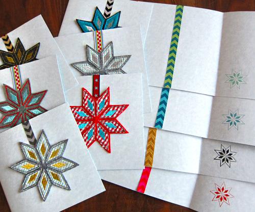 Weihnachtspostkarten, verziert mit Bändern und Stern