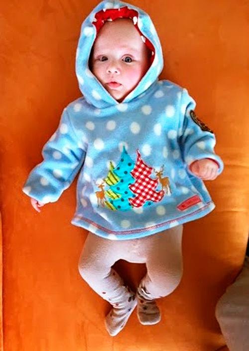 Pulli für ein Baby nach dem Schnittmuster Zwergenverpackung Vol. I von farbenmix selber nähen