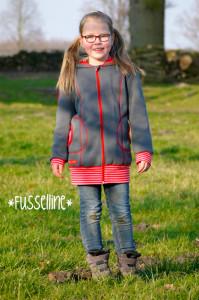 Eine lange Sweatjacke für Mädchen nach dem Schnittmuster WILMA von farbenmix selber nähen