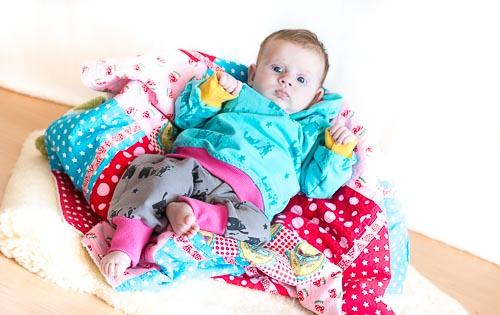 farbenmix_vertrautewelt_Zwergenverpackung_Baby_Monsterstoff_ farbenmix_Krabbeldecke