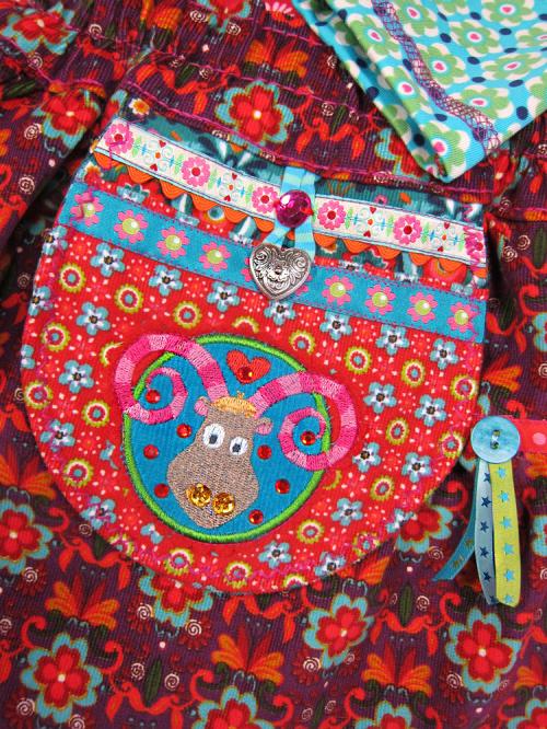 Taschen verzieren mit Webband, Stickereien und Strassteinen