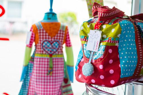 farbenmix staaars_Laden_Schortens_inspirationen_Schaufenster_Kleid Tasche