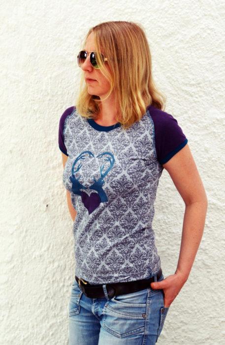 Wollt ihr ein sportliches Shirt nähen? Dann schaut euch LEONA von farbenmix an. Als ebook und papierschnittmuster