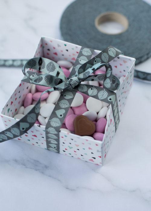 Bänder mit Herzen. Hübsche Verpackung nicht nur zum Valentinstag